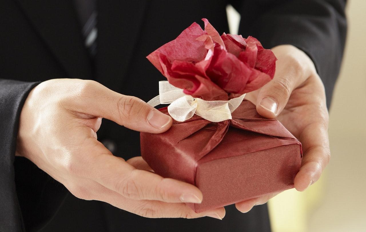 Sådan vælger du den perfekte bryllupsgave til brudeparret